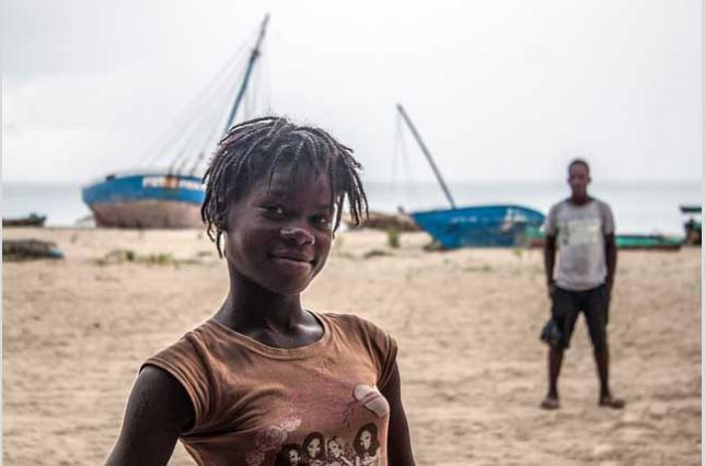 Joven estudiante en la zona de Port-Salut, en el sur de Haití, donde conviven turismo y pesca tradicional. Iolanda Fresnillo.