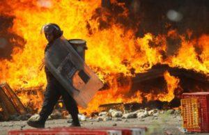 policia-pasa-frente-camion-llamas-durante-las-protestas-contra-reforma-educativa-oaxaca-1466415925191-620x400